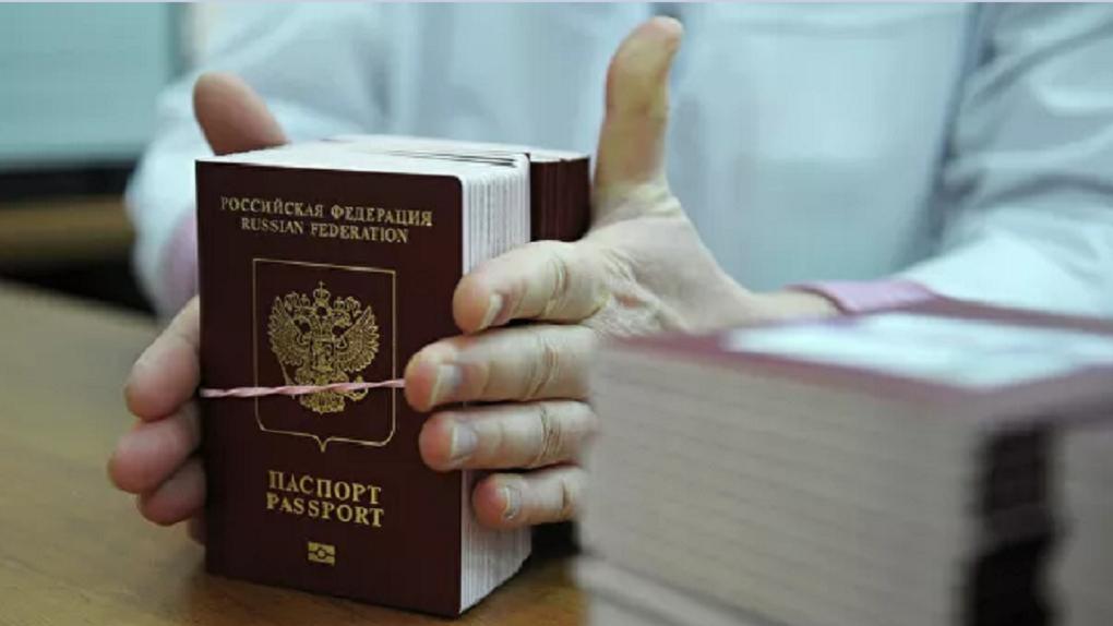 Все обсуждают, что живущим за границей россиянам придется возвращаться за новым паспортом. Это правда?