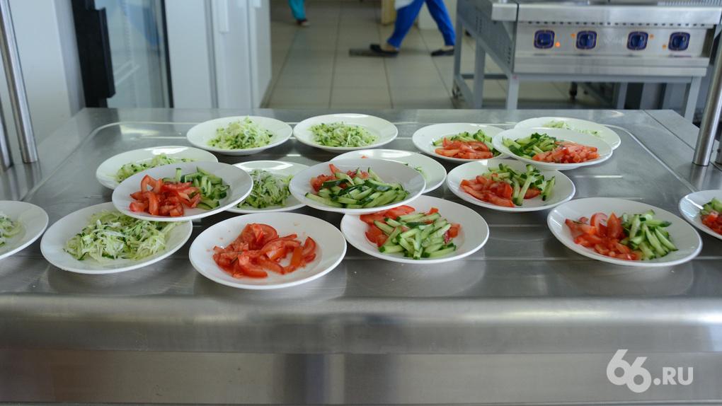 Учащимся трех школ Екатеринбурга продавали еду с наценкой в 2000%