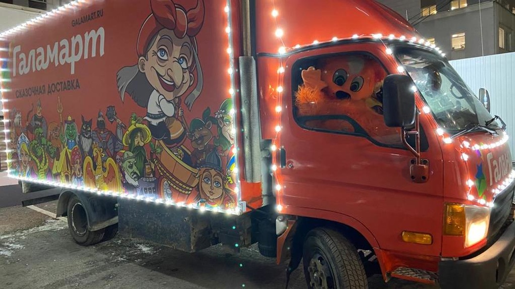 Новогодний караван в Екатеринбурге (за рулем — рыжие коты)
