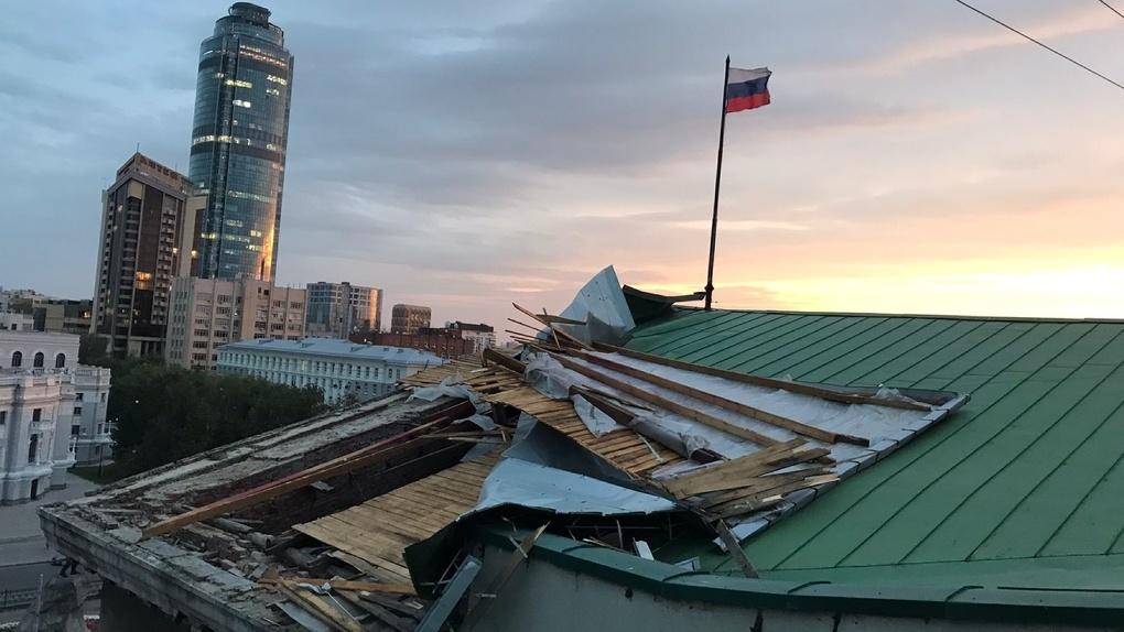 Сильный ветер валил деревья, сносил крыши и калечил людей. Последствия ночного урагана в Екатеринбурге