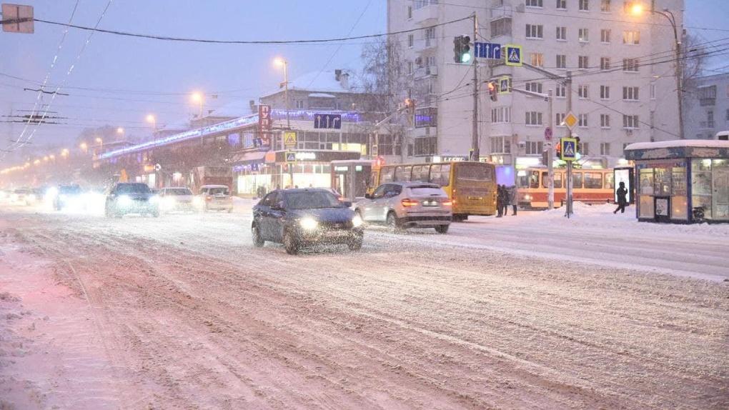 В ГИБДД предупредили водителей и пешеходов о снегопадах и гололеде