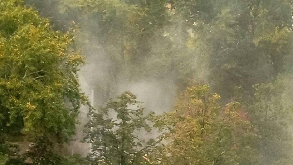 На Уралмаше сносят деревянные дома. Окрестные дворы накрыли облака густой пыли
