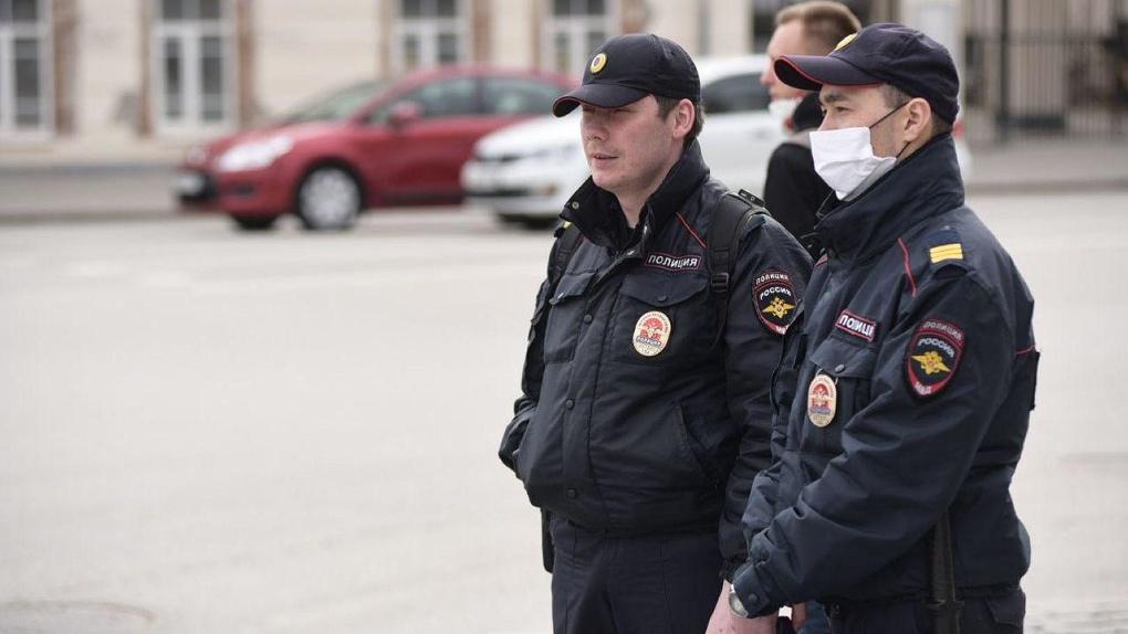 Указ губернатора игнорируют даже полицейские в патрулях. Фото Екатеринбурга без масок