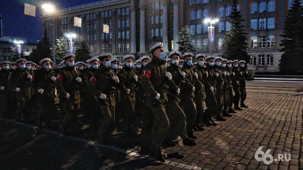 Военные отрепетировали Парад Победы, который губернатор готовится отменить