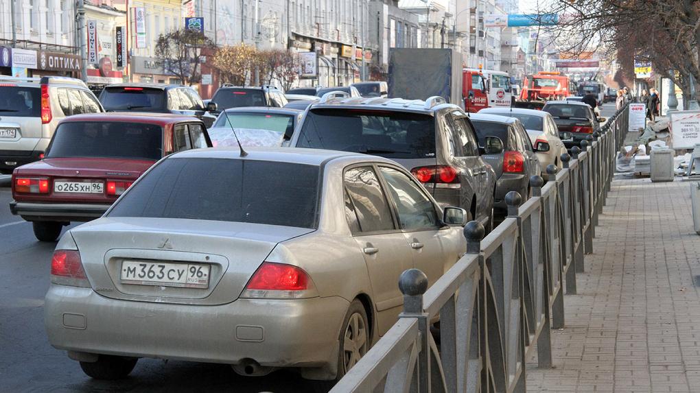 После закрытия перекрестка центр Екатеринбурга встал в жуткую пробку