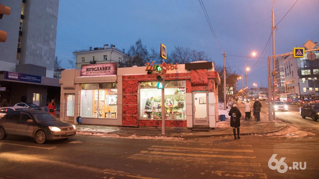 Закон сохранения ларьков: киоски в Екатеринбурге не сносят, а просто увозят из центра в спальные районы