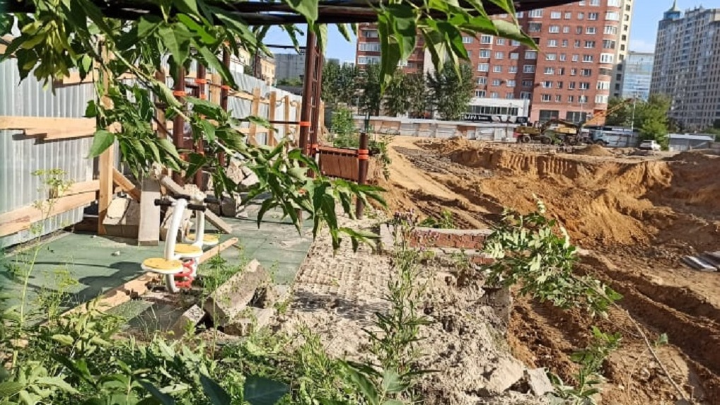Строители «Маяка» расширили стройку на месте бывшего ПРОМЭКТа и разрушили часть двора жилого дома