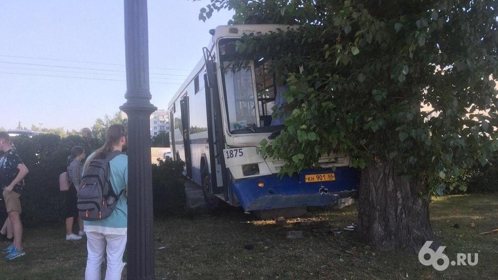 В центре Екатеринбурга пассажирский автобус врезался в дерево. Фото