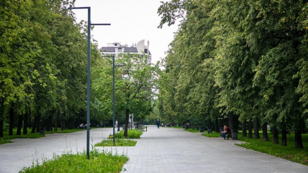 Парк у Дворца молодежи, который начали благоустраивать еще в прошлом году, ремонтируют всего 12 человек