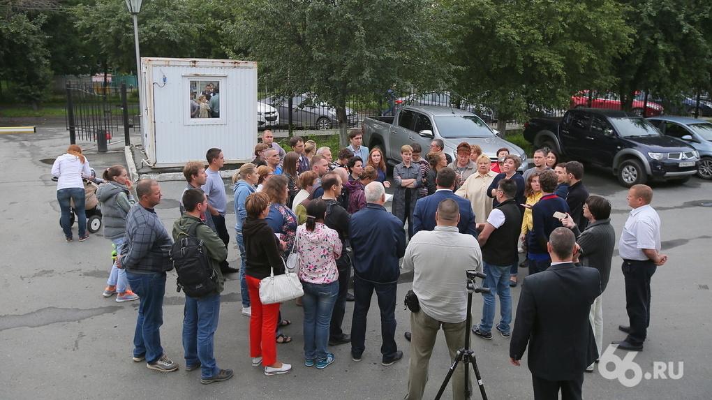 «Оккупанты» вышли к «соседям»: на юго-западе Екатеринбурга сцепились враги и инвесторы точечной застройки