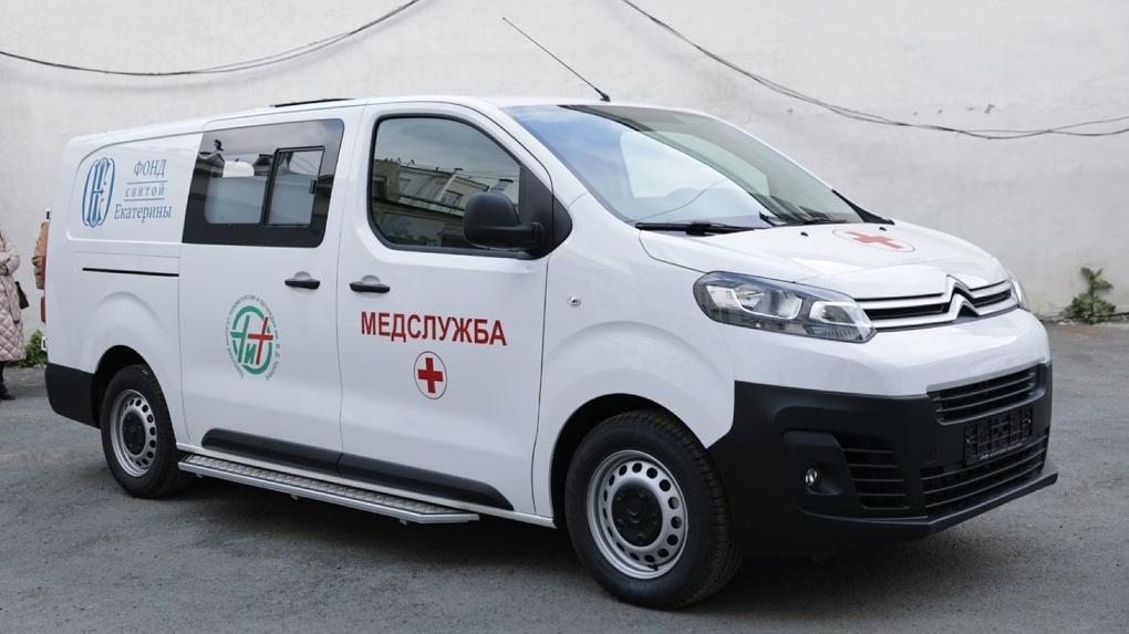 Фонд святой Екатерины передал Уральскому институту травматологии и ортопедии автомобиль скорой помощи