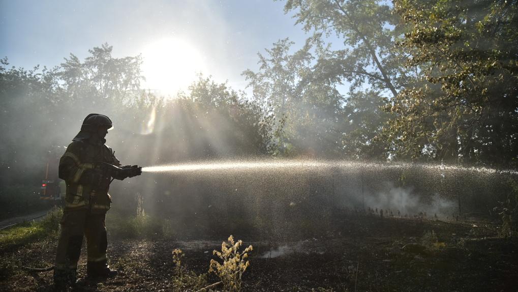 «Может гореть и в воде»: почему потушить торфяник на юге Екатеринбурга практически невозможно