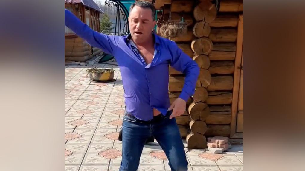 Депутат-единоросс запустил танцевальный флешмоб против коронавируса. Его поддержали ноль человек