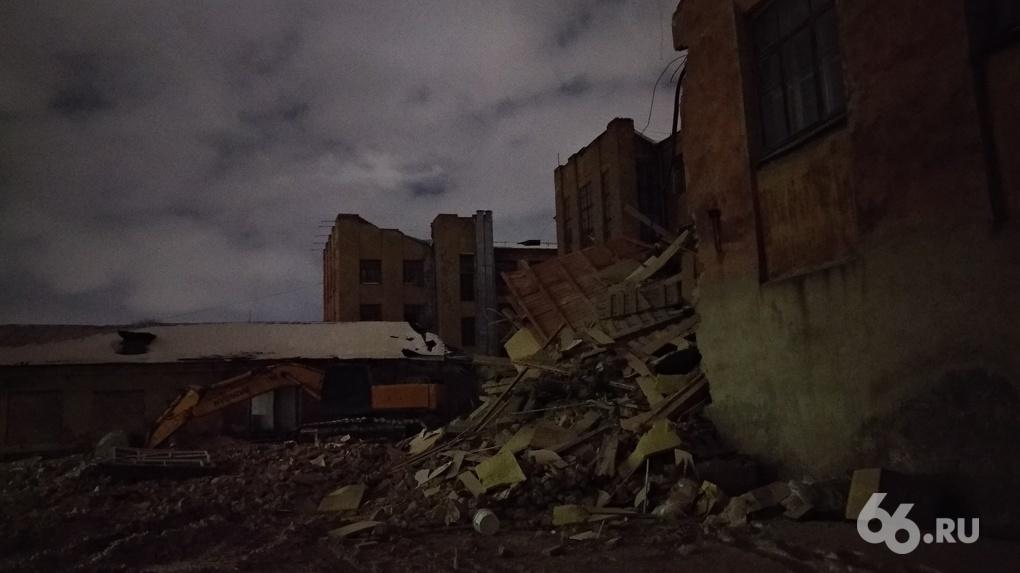 В Екатеринбурге начали сносить здание бывшего профтехкомбината