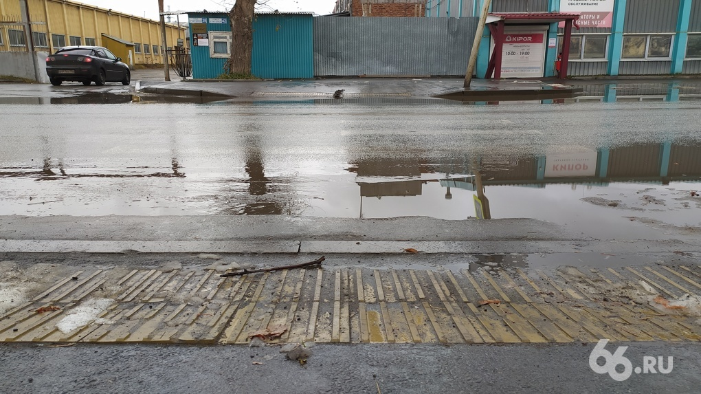 Непобедимая грязь вернулась в Екатеринбург. Фоторепортаж с городских улиц