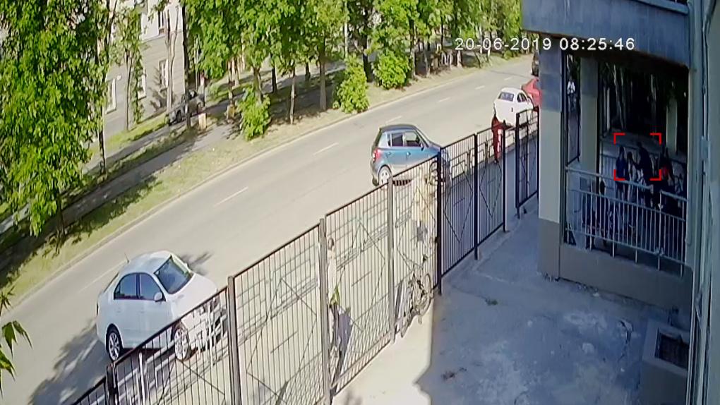 «Схватил и таскал за шею, бил по лицу». В Екатеринбурге мужчина устроил разборки с 9-летним школьником