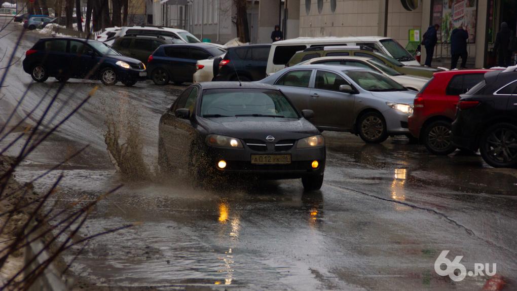 Город утонул в грязи. На улицах гаснут светофоры и льются мутные реки