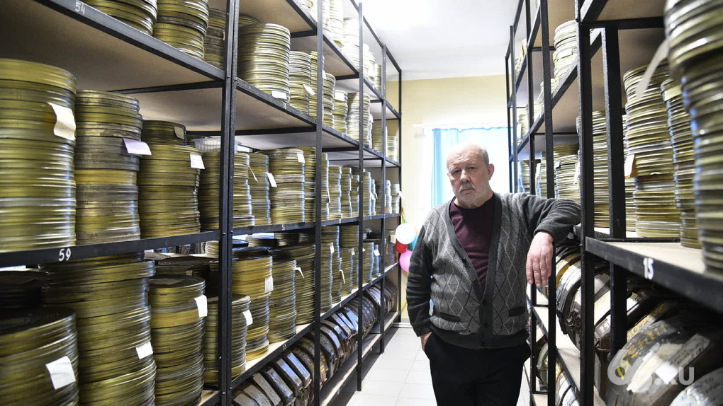 В особняке у Михайловского кладбища показывают старые фильмы на кинопленке. Вам стоит туда сходить