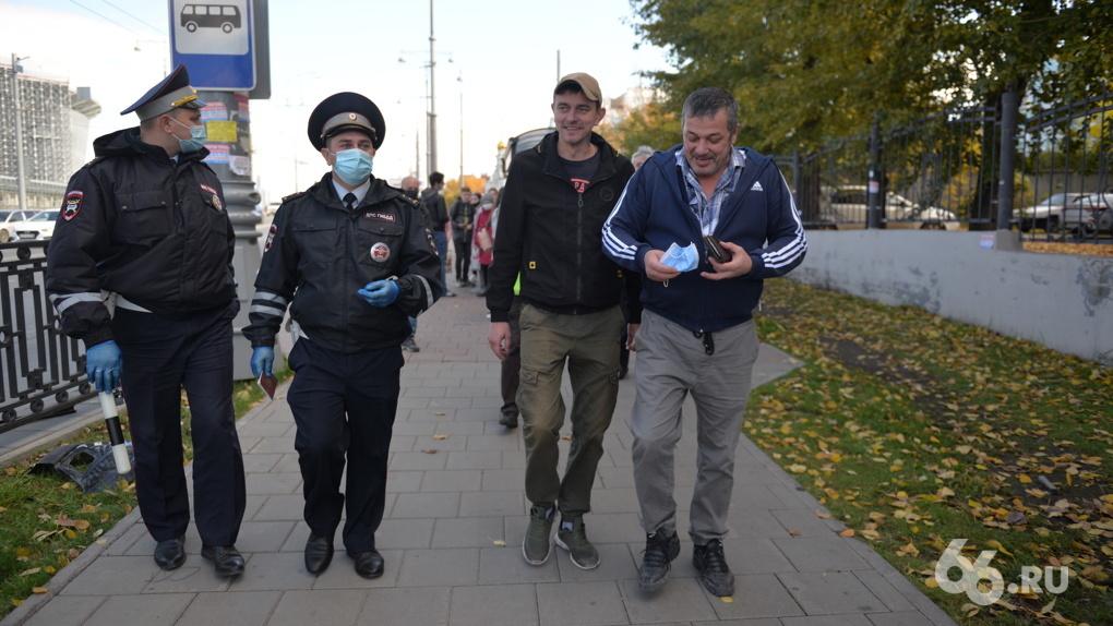 Полицейские снова активно штрафуют людей без масок. Фото и видео с рейда