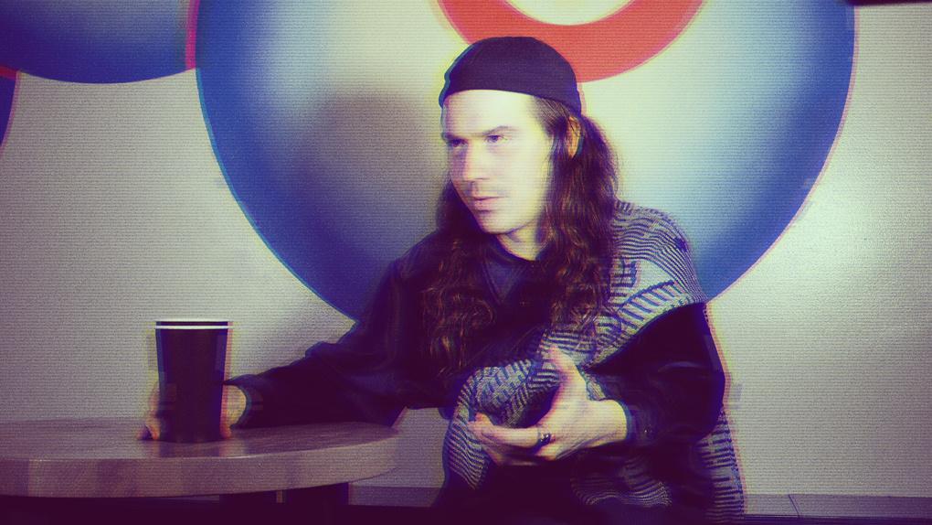 «Ночью составляешь вопросы Джессике Стое, днем крадешь сахар у Ярмольника»: Саша Елсаков в проекте X→Y→Z
