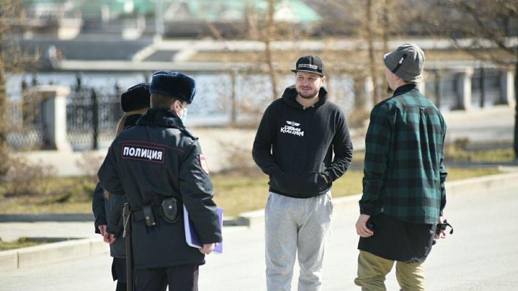 Улицы вышли патрулировать сотни полицейских. Уже есть первые штрафы за нарушение режима самоизоляции