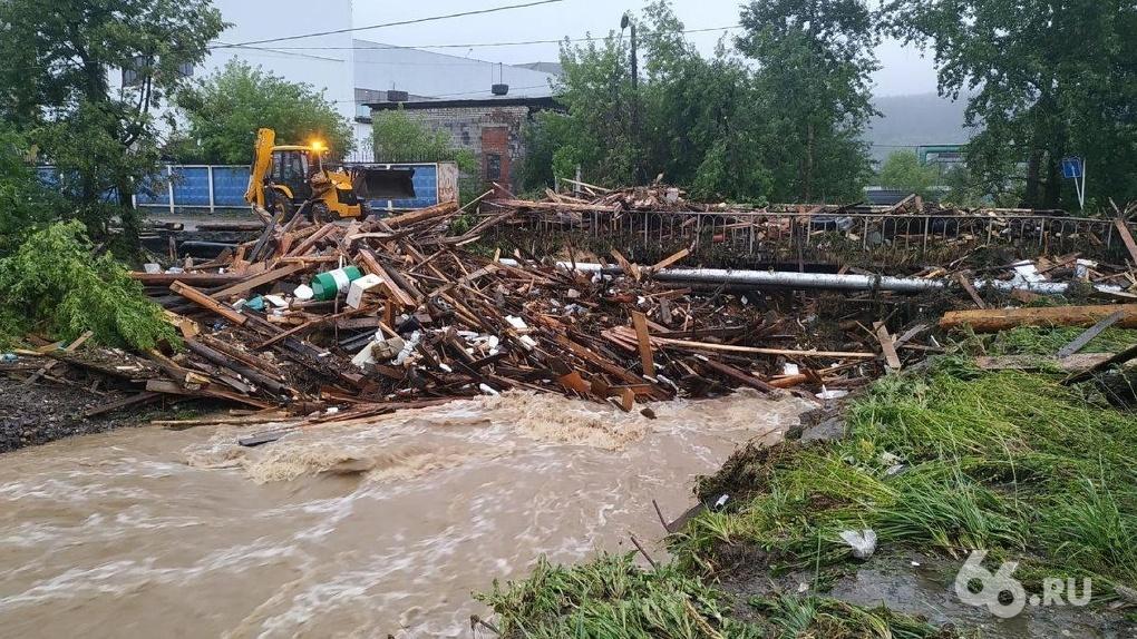 Спасатели всю ночь устраняли последствия потопа в Нижних Сергах, где вода смыла мосты и гаражи. Главное