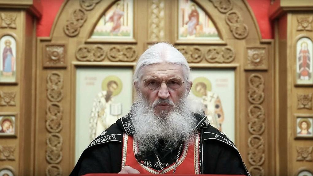«Им придется брать монастырь штурмом»: отец Сергий зачитал обращение и сбежал с заседания церковного суда