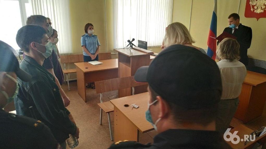 Облсуд отменил приговор трем полицейским, обвиненным в изнасиловании девушки в патрульной машине