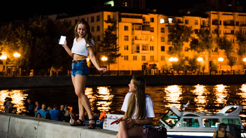 Центр Екатеринбурга заполонили тысячи людей. Кадры ночного города, который умирает от жары днем