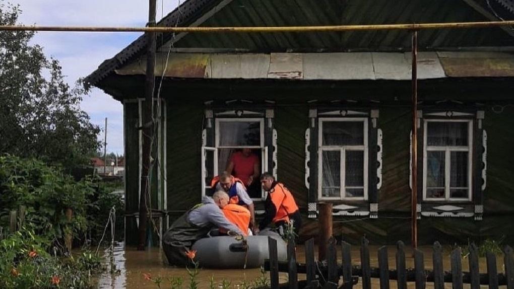 В затопленных городах и селах ликвидируют последствия наводнения. Пострадавшим обещают компенсации