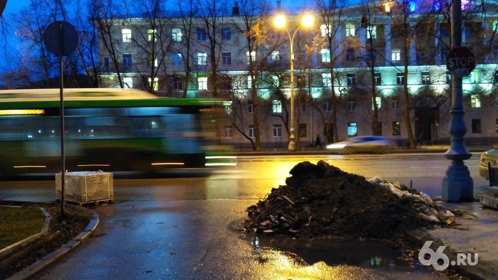Обещали, но не сделали: посмотрите на Екатеринбург за 12 часов до окончания ремонта скверов и тротуаров