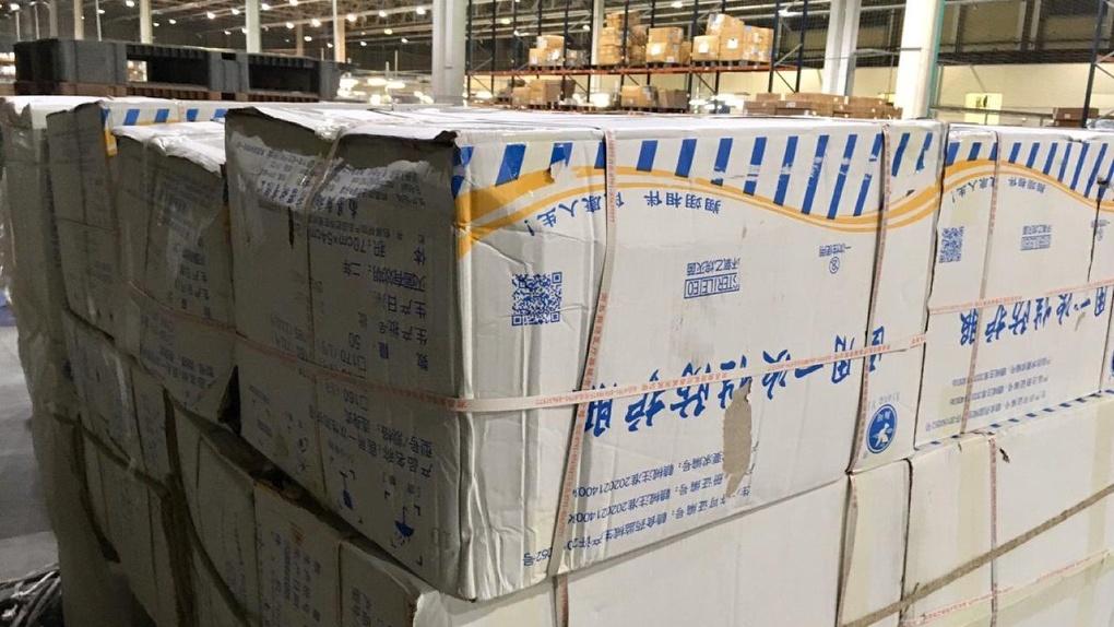 В Екатеринбург прибыл третий спецборт с 18 тоннами средств защиты от коронавируса для врачей