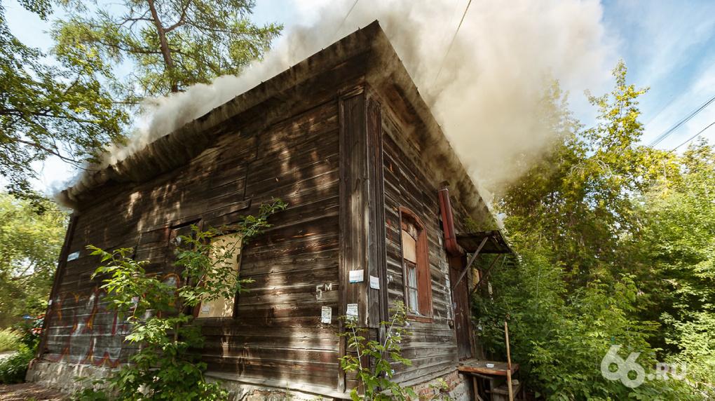 В квартале за Макаровским мостом, который отдали под застройку, загорелся дом. Фото