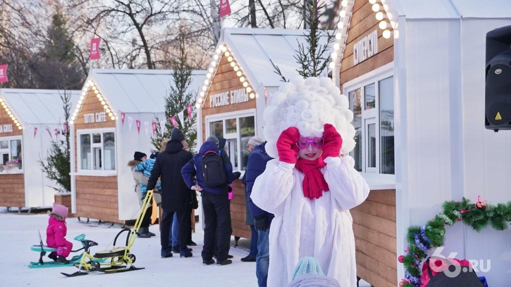 В ЦПКиО заработала новогодняя ярмарка с ряжеными снеговиками и супом в стаканчиках. Фоторепортаж
