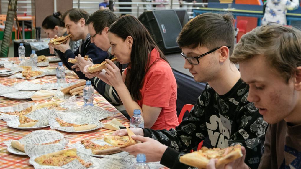 Ежегодный чемпионат по поеданию пиццы в День защитника Отечества: победитель всех испытаний выиграет приз