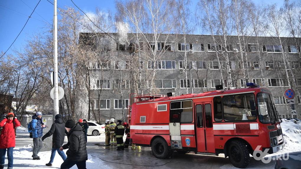 В Екатеринбурге крупный пожар в здании НИИ. Из окна горящего офиса выпал человек