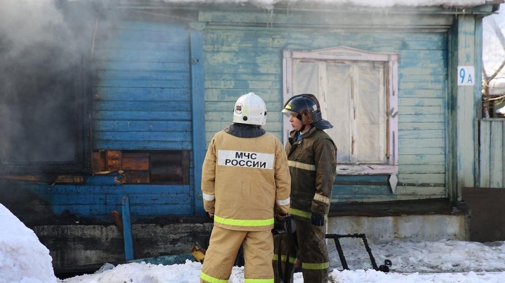 В Свердловской области сильный ветер раздул пожар. Сгорели восемь зданий
