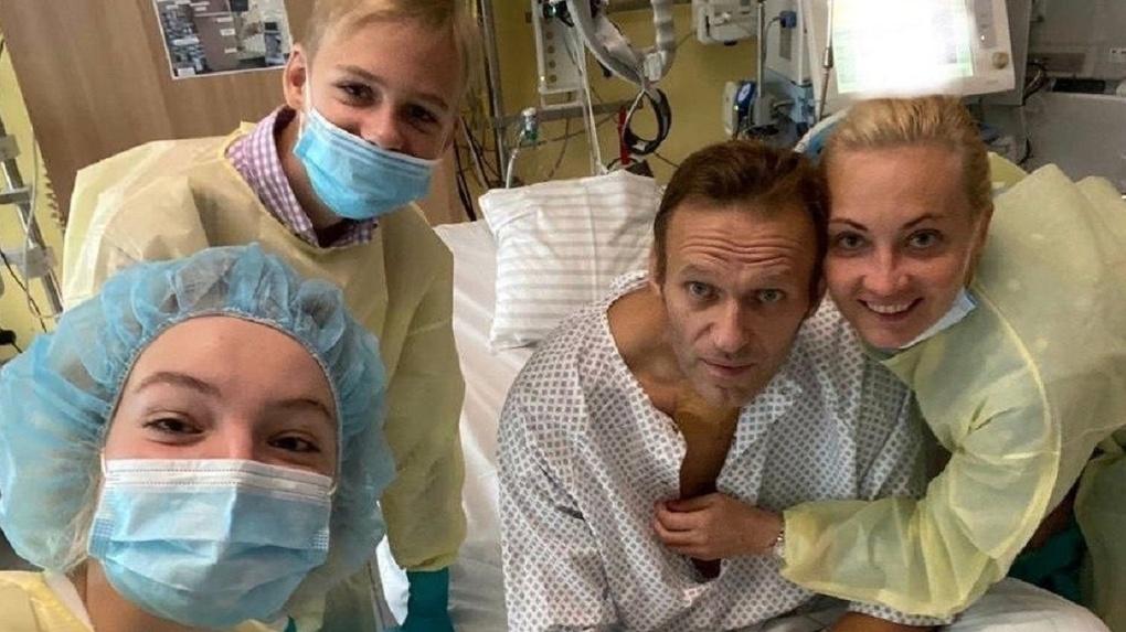 Опубликована первая фотография Алексея Навального после отравления