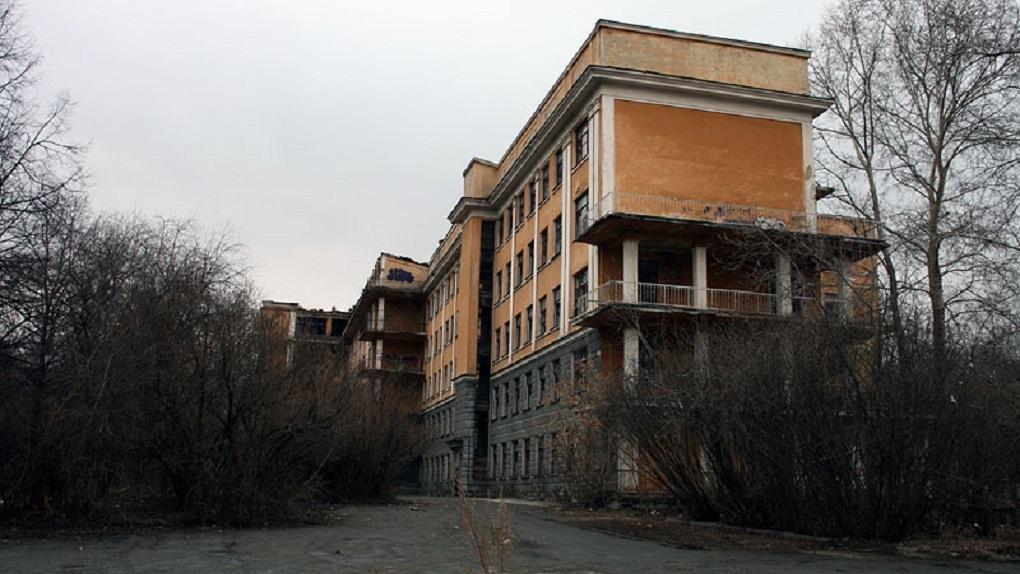 Инвестору разрешат вырубить деревья и пристроить новое здание к заброшенной больнице в Зеленой роще