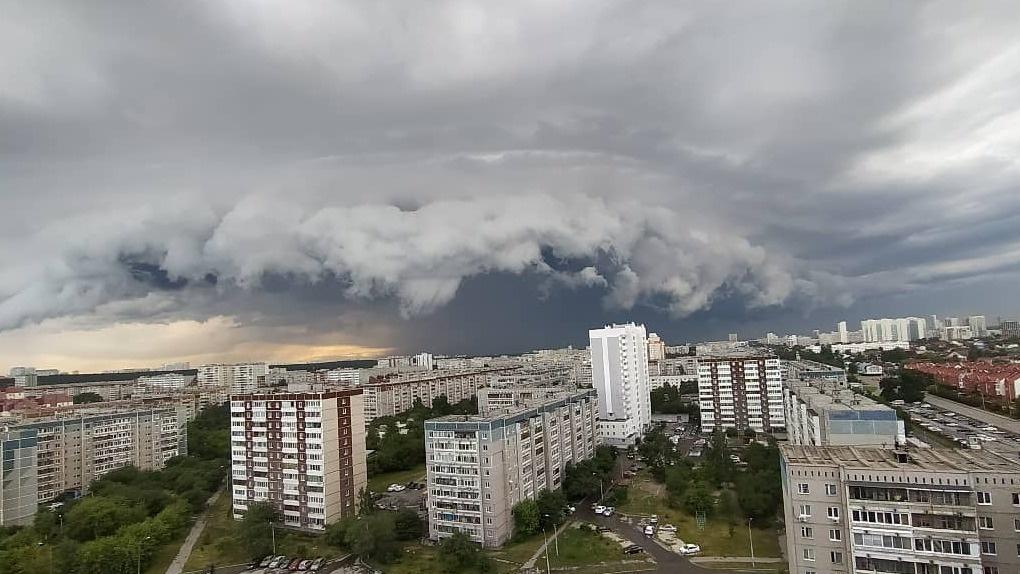 Над Екатеринбургом проползла космически-черная туча. Завораживающие фото