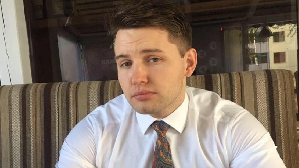 Блогера Александра Устинова обвинили в пяти преступлениях. Он публиковал «инсайды и аналитику» в Telegram