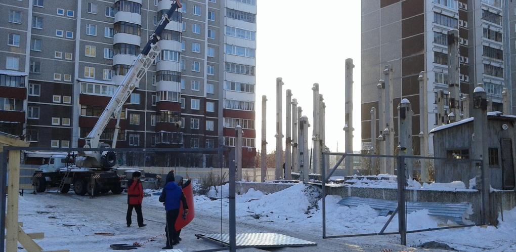 Бабушки готовы прыгать под бульдозеры, чтобы остановить точечную застройку на Родонитовой