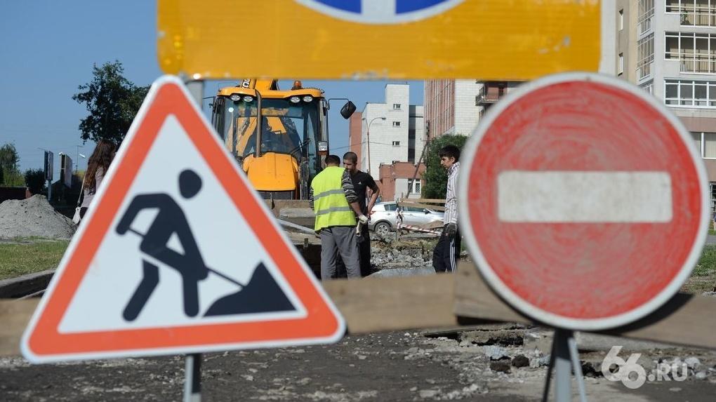Строители не успели открыть часть моста на выезде на Кольцовский тракт. Водители стоят в пробках