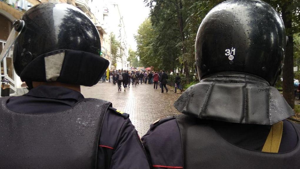 Сторонники Навального прорвали оцепление ОМОНа, чтобы дойти до здания правительства. Фоторепортаж 66.RU