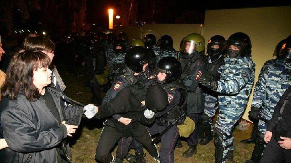 Провокации, десятки задержанных и флешмоб с фонариками. Хроники третьего дня протестов в сквере на Драме