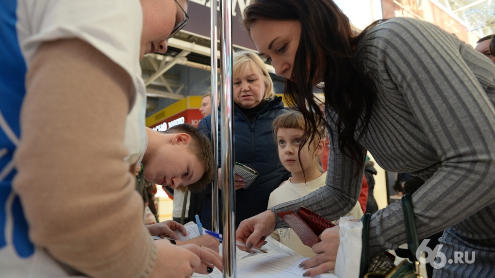 Подходят и молодежь, и пожилые: как в Екатеринбурге собирают подписи за Путина. Фоторепортаж 66.RU