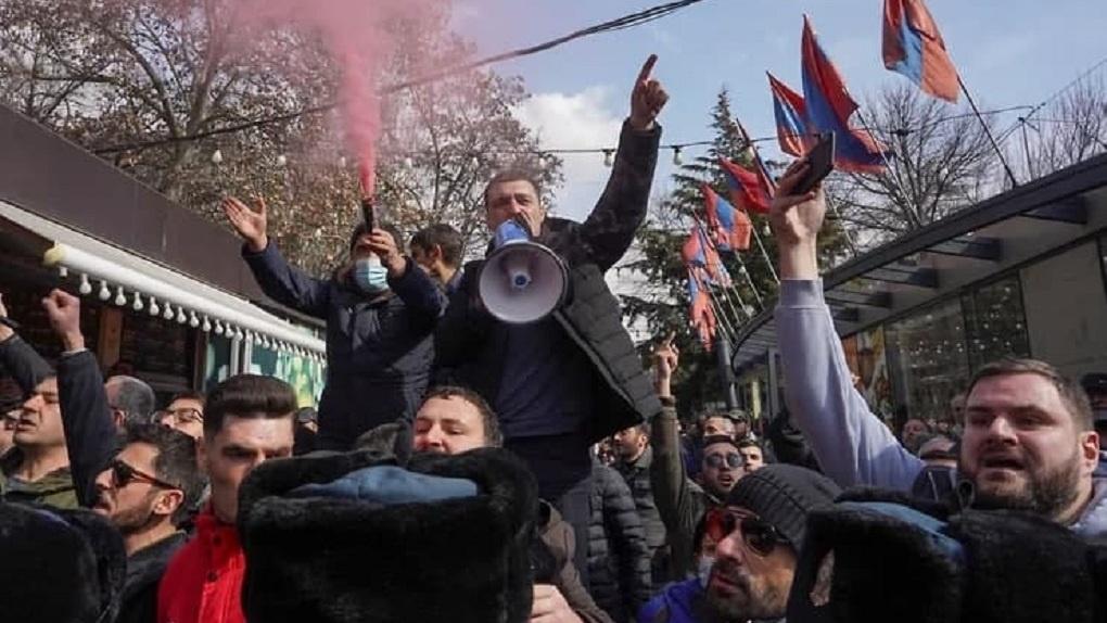В Армении начались уличные протесты, военные и оппозиция требуют отставки премьер-министра. Главное
