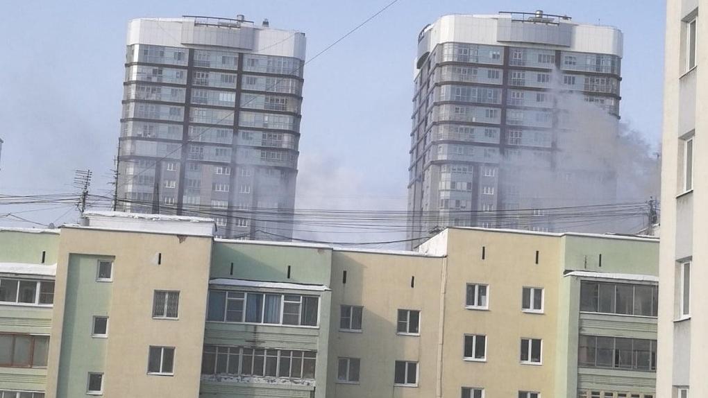 Из горящей 10-этажки на ВИЗе эвакуировали жильцов