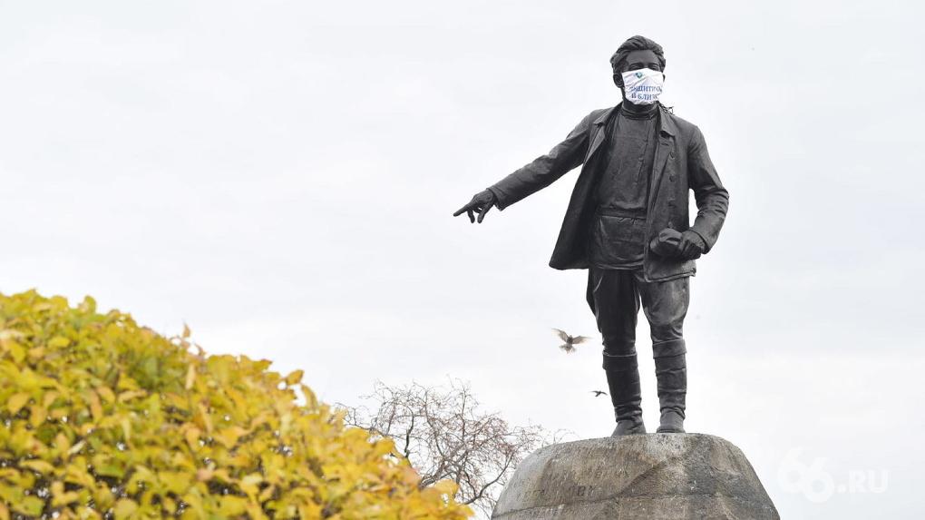 На памятники в Екатеринбурге надели маски, чтобы прорекламировать прививки. Фото