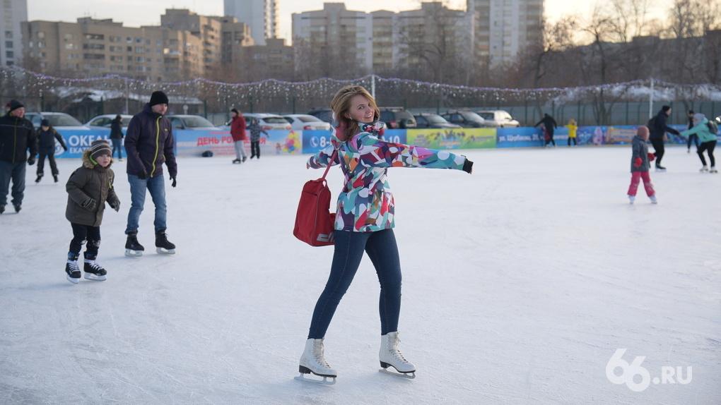 Покататься по свежему льду и не замерзнуть: как прошло открытие главного катка города
